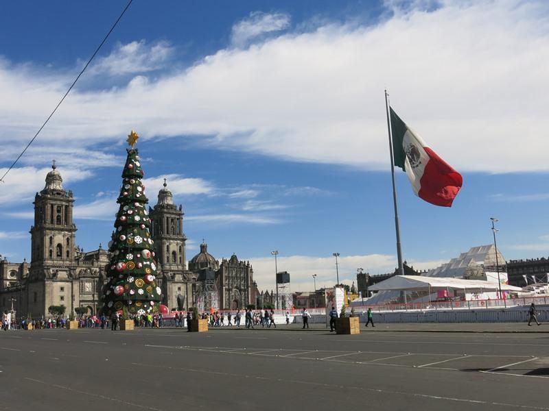 Zocalo mit Christbaum und Eislaufbahn