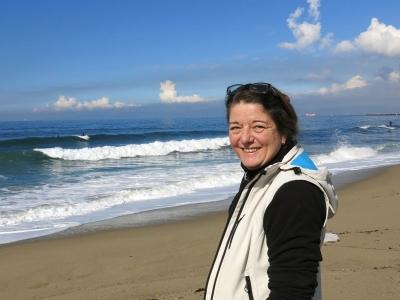 Beachgirl bestaunt Surfer