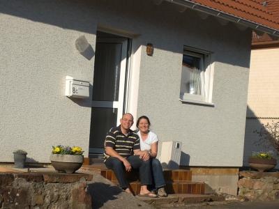 Anne und Olli vor Haus