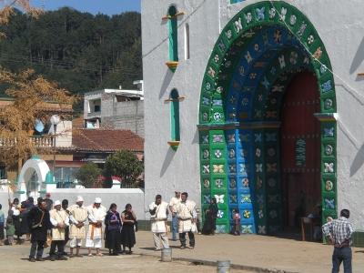 Vor der Chamula-Kirche.jpg