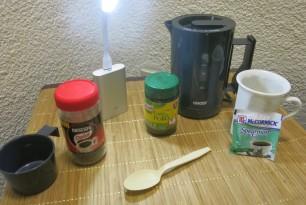 Wasserkocher, Powerbank mit Lampe, Hühnerbrühe und Pfefferminztee